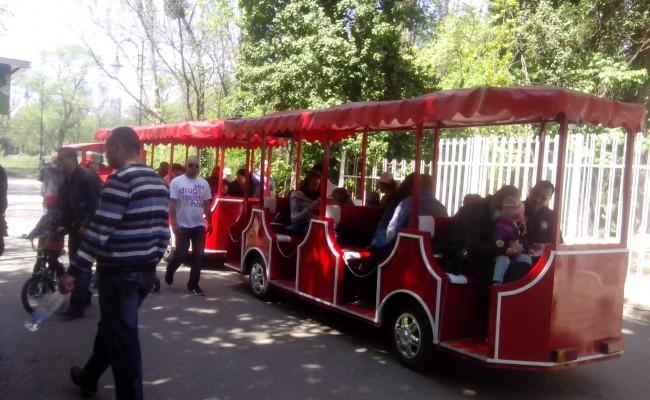 Туристически атракционен забавен влак локомотив вагон композиция бавно движещ електрически бензин газ метан дизел паркове