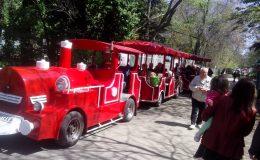 السيارة نظيفة تتحرك ببطء القطار لتطوير السياحة في الحدائق والمنتجعات الحديقة